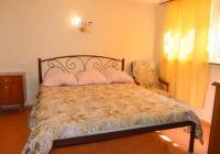 Летний домик с большой двуспальной кроватью