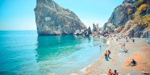 Пляж под скалой Дива