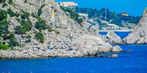 Дикий пляж в камнях у скалы Крыло лебедя