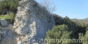 Скала Панеа: оборонительные стены средневековой крепости