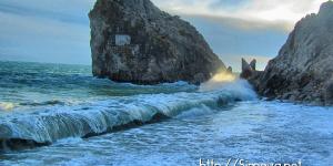 Пляж у скалы Дива во время шторма