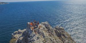 Туристы на вершине скалы Дива