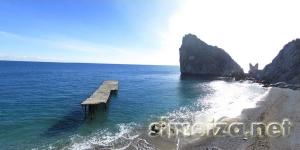 Причал на пляже в Симеизе