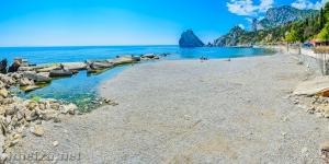 Пляж в Симеизе у скалы Дива
