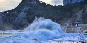 Огромные волны в Симеизе