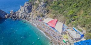 Полет над пляжем у скалы Дива